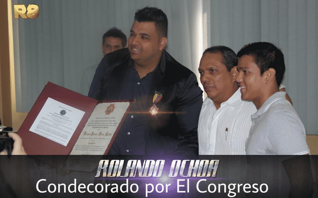 Rolando Ochoa condecorado por el congreso