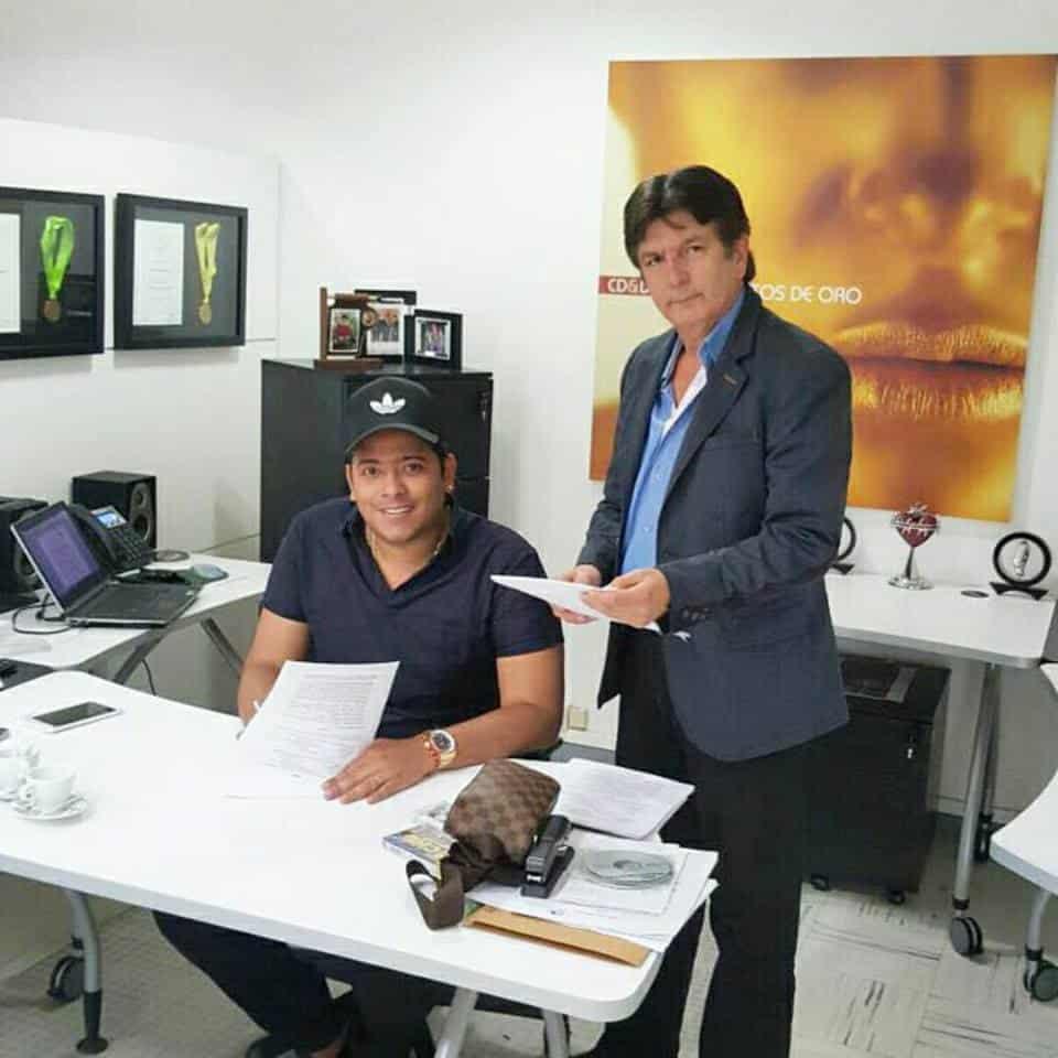 Orlando Liñan firma contrato con la compañía Codiscos