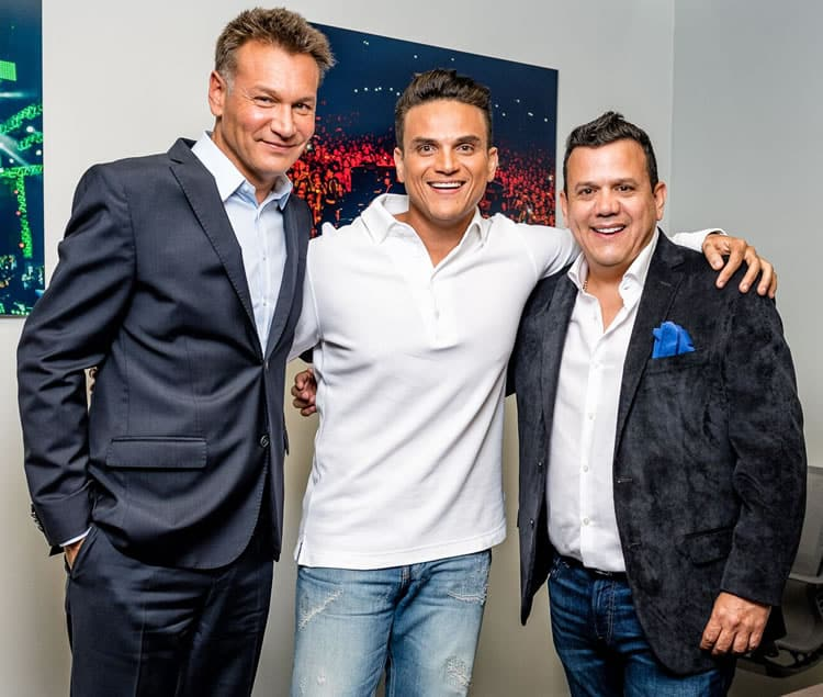 Silvestre Dangond FIRMÓ CON WK ENTERTAINMENT