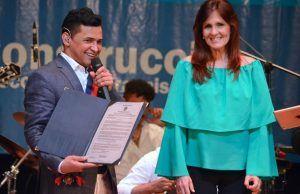 Jorge Celedón con la Gran Cruz de Oro