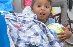 Jorge Celedón entregó regalos de Navidad a los niños de Villanueva, Guajira, su tierra natal