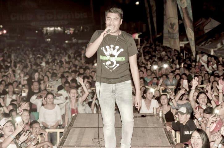 Kanner Morales con la camiseta de Silvestre Dangond