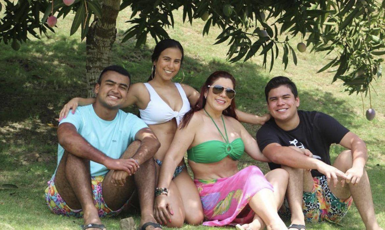 Betsy Liliana y sus hijos con Diomedes Díaz